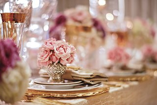 pink-roses-in-silver-and-gold-vase-on-top-of-tablescape