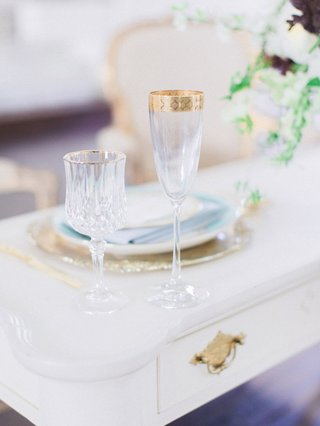 vintage-sweetheart-table-with-gold-rimmed-wine-champagne-glass-gold-charger-blue-dinner-plate