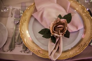 gold-rimmed-charger-blush-napkin-fabric-rose-napkin-ring