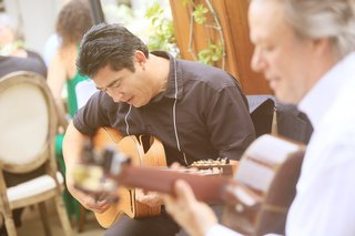 acoustic-guitarist-play-during-wedding-reception-dinner