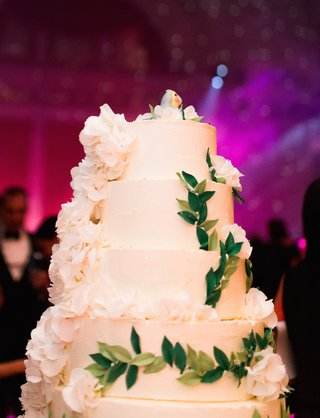 white-cake-with-green-leaf-design-and-parrot-cake-topper
