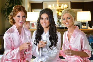 bride-with-bridesmaids-drinking-champagne-in-suite