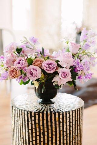 flower-arrangement-roses-in-shades-of-pink-and-lavender-sweet-peas-dark-vase