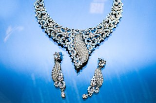 extravagant-diamond-necklace-and-chandelier-earrings-with-blue-details