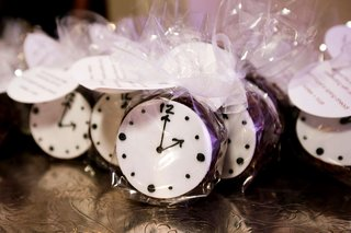 wedding-reception-favor-ideas-individually-wrapped-favors-desserts-clock-design-tags-round