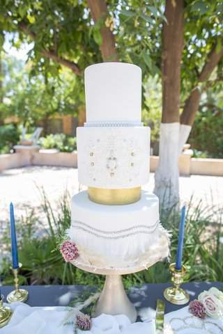 1920s-inspired-styled-shoot-white-wedding-cake-with-metallic-details