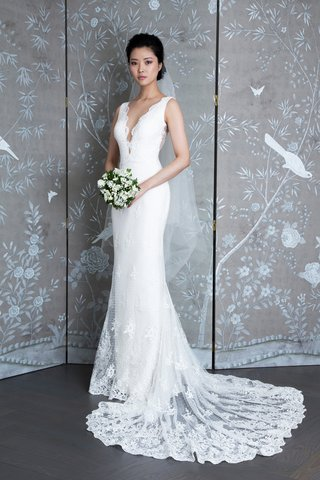 consuelo-vanderbilt-spring-2019-legends-romona-keveza-lace-sheath-gown-with-plunging-neckline