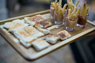 grilled-cheese-sandwiches-and-french-fries-for-wedding-cocktail-hour