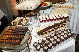 glass-platters-of-chocolate-strawberries-and-cupcakes