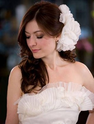 large-flowers-placed-on-the-side-of-the-head-are-wonderful-for-brides-wearing-their-hair-down-and-f