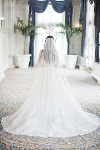 monique-lhuillier-plain-catherdral-veil-monique-lhuillier-lace-a-line-wedding-dress