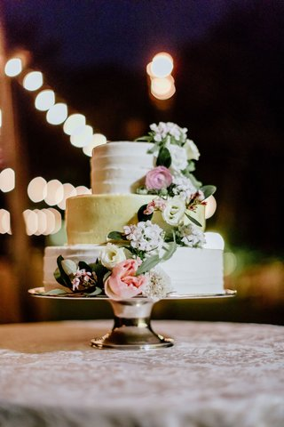 three-layer-white-and-gold-wedding-cake-with-freseh-ivory-pink-flowers-rose-greenery-cake-stand