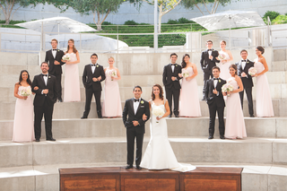 newlyweds-with-bridesmaids-and-groomsmen-outside