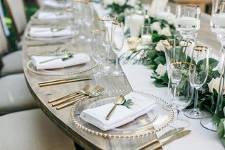 wedding-reception-jillian-murray-and-dean-geyer-wood-table-with-gold-flatware-clear-charger-plates