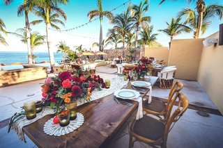 rustic-wooden-tablescapes-with-low-colorful-centerpieces-lace-runners-at-beach-venue-mexico