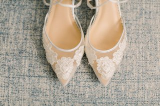 pointed-toe-bridal-shoes-with-lace-floral-appliques