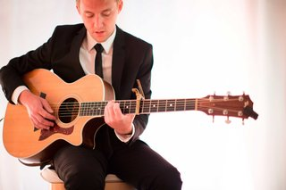 acoustic-guitarist-plays-during-wedding-ceremony