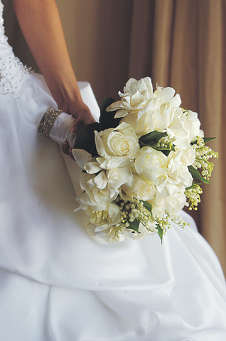 bride-carrying-arrangement-or-ivory-flowers