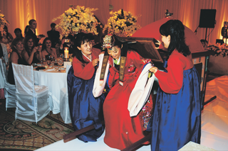 korean-wedding-bowing-ceremony-at-reception