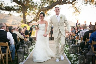 bride-and-groom-walk-down-lace-and-burlap-aisle-runner