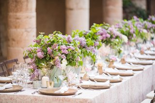 wedding-reception-long-table-outdoor-destination-wedding-italy-low-centerpiece-greenery-purple-lilac