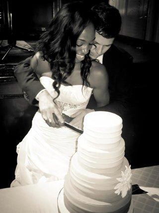 black-and-white-photo-of-enuka-okuma-cutting-wedding-cake