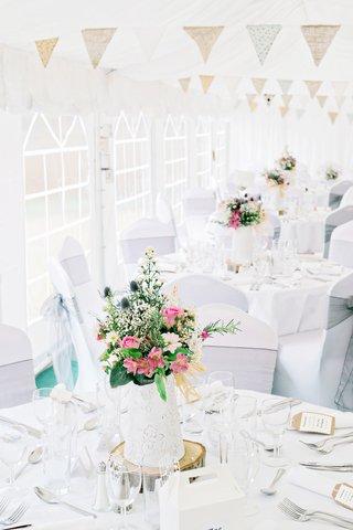 white-diy-tablescapes-garden-concept-centerpieces-wildflowers-gold-details-english-garden-wedding