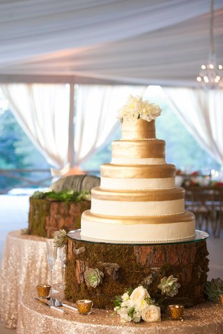 tree-stump-with-succulents-and-moss-cake-display-with-white-and-gold-cake-and-fresh-flower-topper