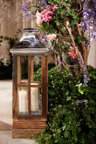 wooden-lantern-with-chrome-top-and-two-pillar-candles-ivy-display-with-purple-and-pink-flowers