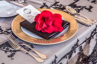 elegant-table-setting-with-gold-charger-and-flower-decor