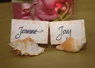 bride-and-groom-seating-card-in-seashells