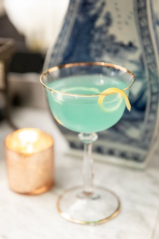 wedding-signature-cocktail-turquoise-cocktail-with-lemon-peel