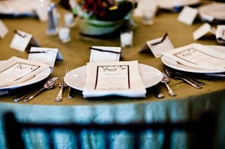 tablescape-with-classic-seating-and-menu-cards