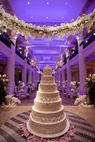 white-wedding-cake-under-garland-of-white-flowers