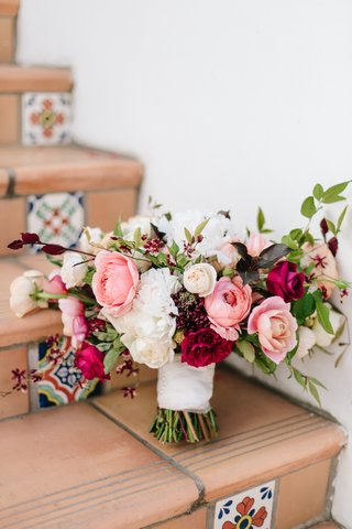 fall-bouquet-inspiration-white-peach-blush-and-burgundy-flowers-bouquet-on-spanish-steps
