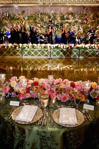 green-tablecloth-and-flowers-with-view-of-stage