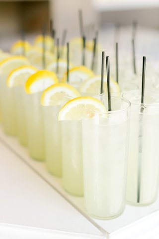 lemonade-with-fresh-lemon-slices-for-guests-before-wedding-ceremony