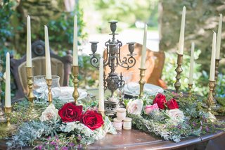 rustic-wooden-sweetheart-table-celtic-wedding-greener-red-roses-pink-flowers-gold-candles
