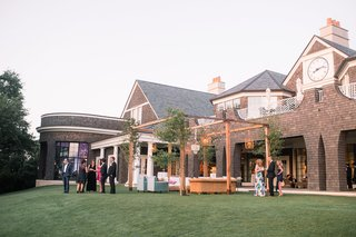 country-club-wedding-outdoor-lounge-area-with-wooden-structure-and-greenery