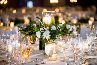 centerpiece-with-white-flowers-and-greenery-pillar-candle-with-ferns