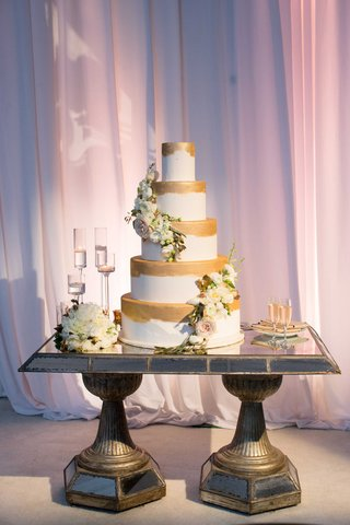 gold-paint-brush-stroke-wedding-cake-decoration-with-fresh-flowers-and-gold-leaves