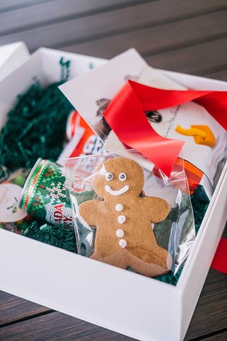 wedding-welcome-box-holiday-theme-red-ribbon-christmas-canada-dry-gingerbread-man-cookie