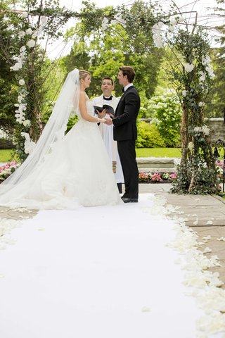 rustic-arch-wood-sticks-greenery-white-flowers-ceremony-wedding-outdoor-natural-greenacres-garden