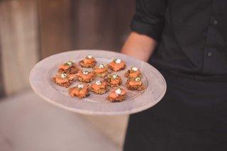 smoked-salmon-potato-scallion-latke-dill-creme-fraiche-caviar-on-wood-round-tray-cocktail-hour