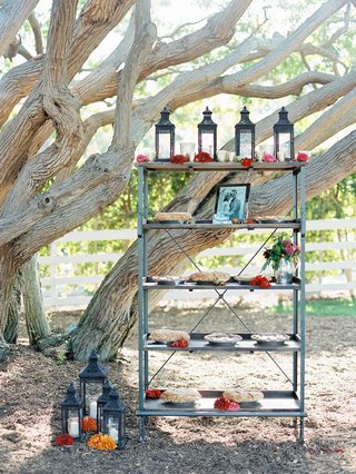 outdoor-wedding-with-shelving-unit-and-pies-decorated-with-moroccan-lanterns