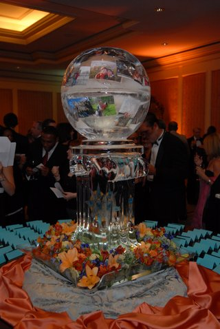 wedding-place-card-table-with-an-ice-sculpture-of-a-globe