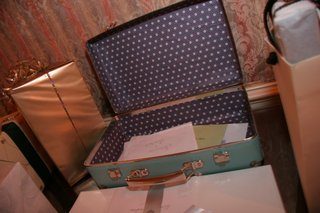 wedding-reception-gift-table-with-a-vintage-suitcase