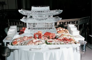 ice-carving-at-receptions-raw-food-station
