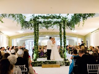 wedding-ceremony-jewish-service-chuppah-greenery-garland-gold-step-and-guests-tossing-gold-confetti