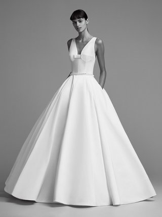 viktor-and-rolf-mariage-fall-winter-2018-wedding-dress-ball-gown-pocket-pleat-bow-v-neck